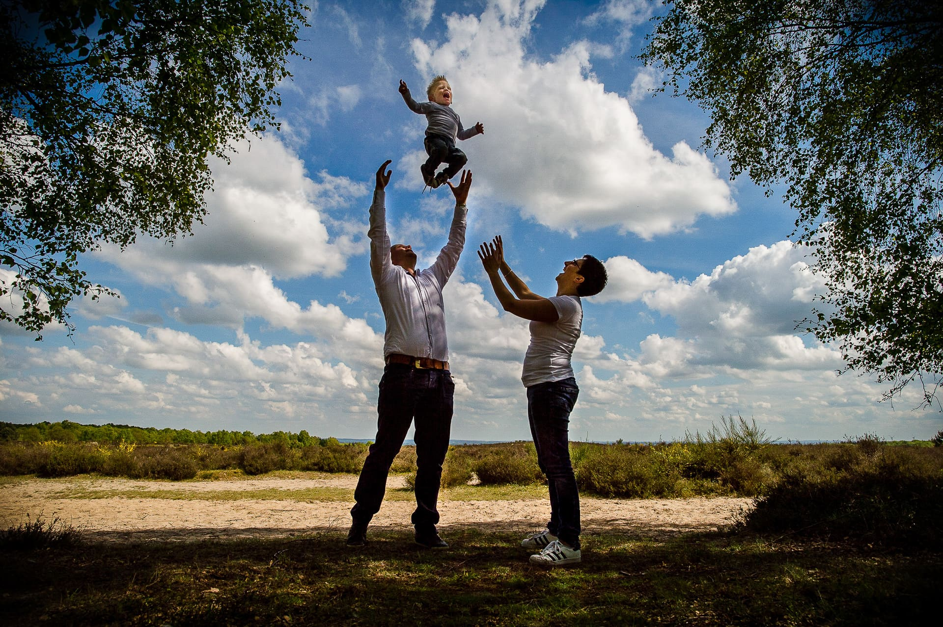 gooit kindje in de lucht familieportret