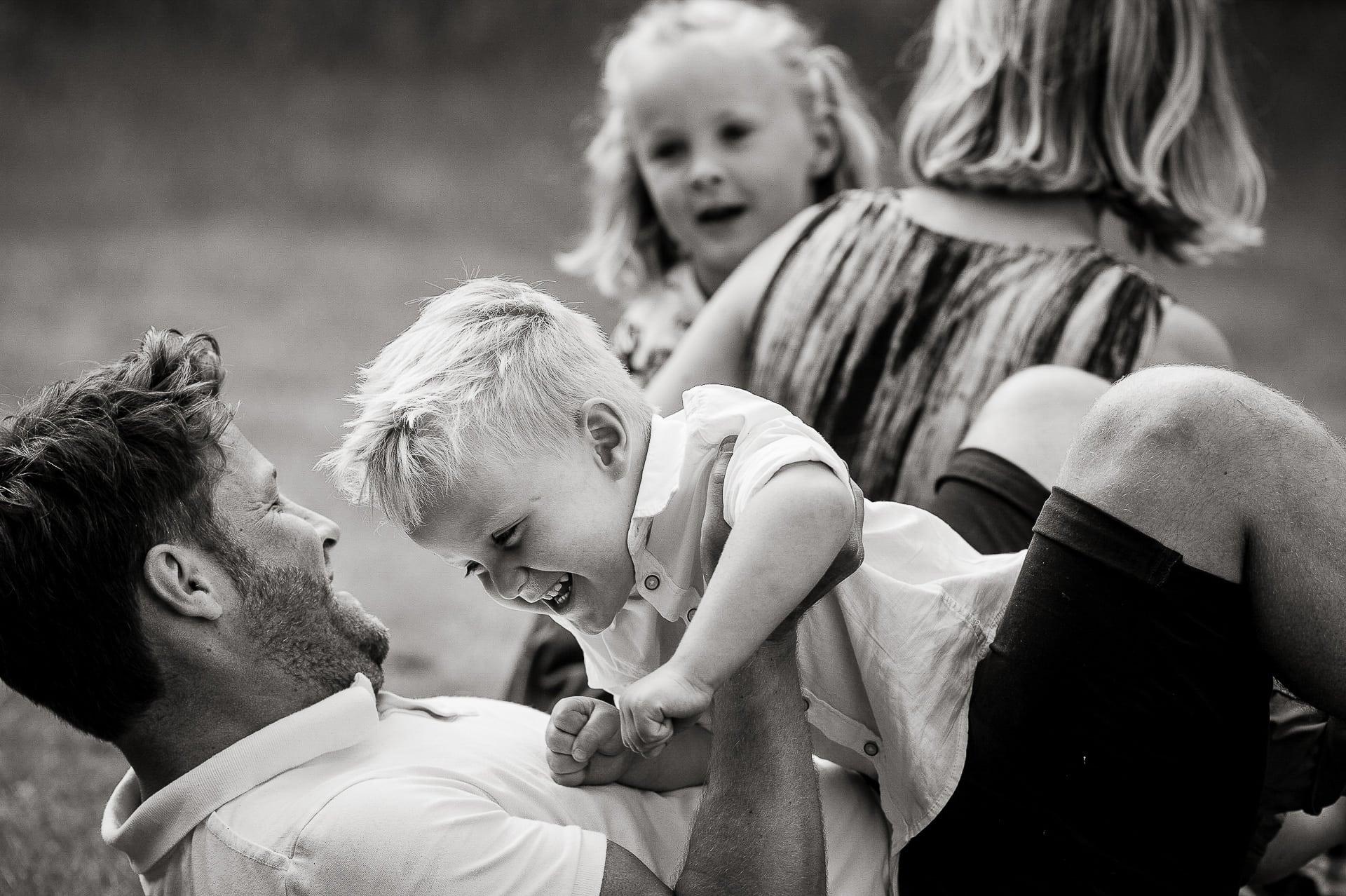 Familieportet stoeien met kids