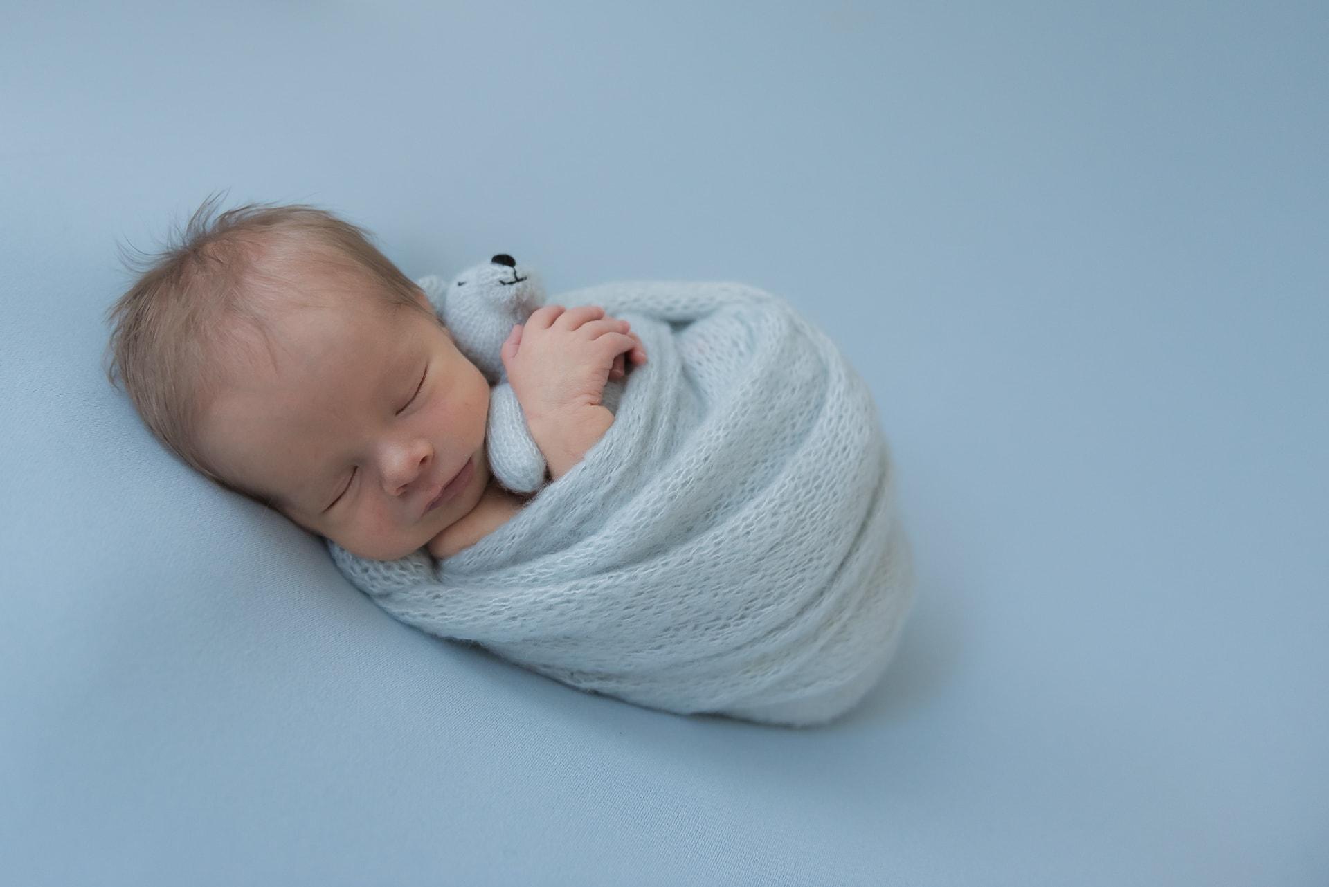 newborn met beertje